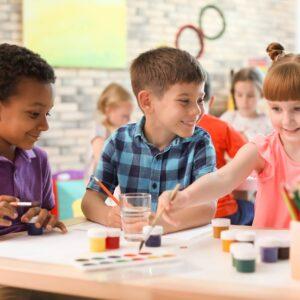 Enfants durant atelier de peinture